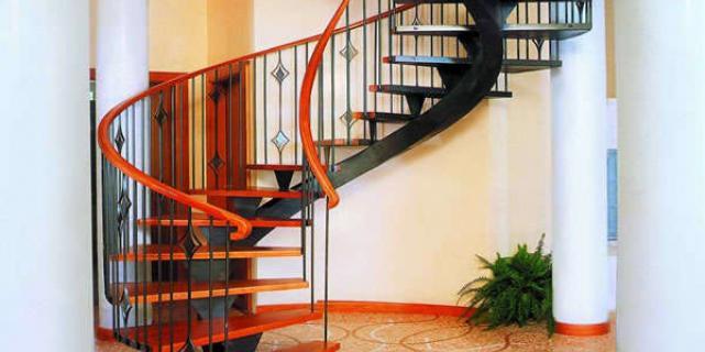 Винтовая лестница – удачный дизайнерский ход