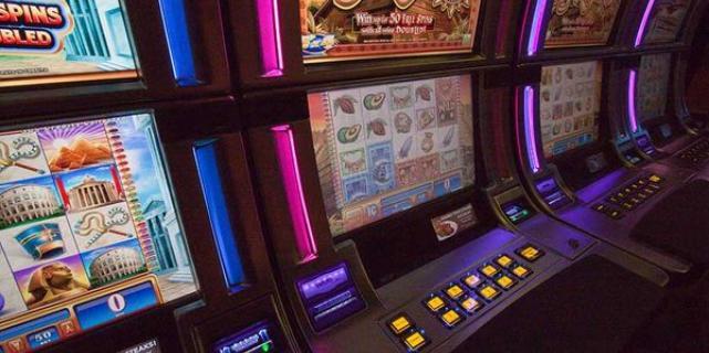 Дикие помощники Санты играют в игровой автомат от Driftcasino